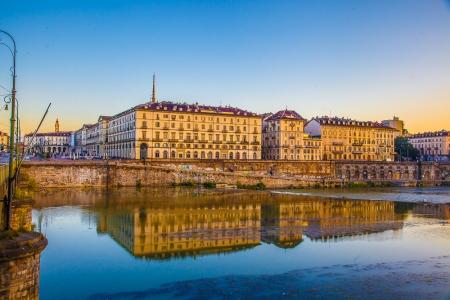 Torino: alba sul fiume Po